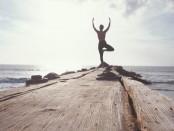 meditatie-vrouw-op-steen